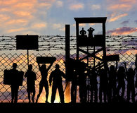 Sylwetka protestujący uchodźcy blisko granicy zdjęcia stock