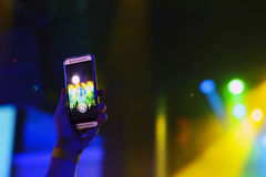 Sylwetka ręki z smartphone przy koncertem zdjęcia royalty free