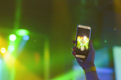 Sylwetka ręki z smartphone przy koncertem fotografia royalty free