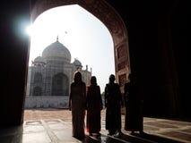 Sylwetka ranek indyjscy ludzie przy Taj Mahal Obraz Stock