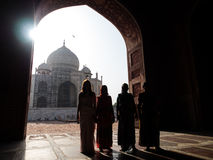 Sylwetka ranek indyjscy ludzie przy Taj Mahal Obraz Royalty Free