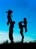 Sylwetka rodzice i dzieci ma zabawę wydaje czas Fotografia Royalty Free