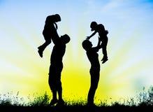Sylwetka rodzice i dzieci ma zabawę wydaje czas Zdjęcie Royalty Free