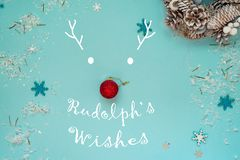 Sylwetka Rudolph rogacz z nosem robić czerwona choinki piłka i malujący róg z tekstem Rudolph obrazy royalty free