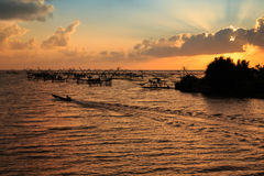 Sylwetka rybaka łapania ryba od rybiej dźwignięcie sieci w Pak Pra kanale w Tajlandia Zdjęcie Stock