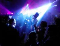 Sylwetka saksofonista otaczający mnóstwo ludźmi pod światło reflektorów obrazy stock