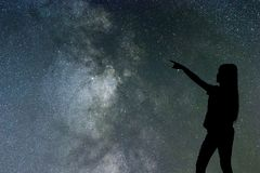 Sylwetka samodzielna w milky sposobie kobieta nocy gwiazdach i fotografia stock