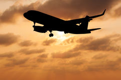 Sylwetka samolot na zamazanym niebo zmierzchu Obrazy Stock