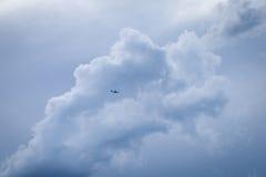 Sylwetka Samolotowy latanie Przeciw Ciemnym burz chmurom Fotografia Stock