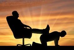 Sylwetka samolubny mężczyzna obsiadanie w krześle, rzucał z powrotem jego nogi z tyłu mężczyzna Fotografia Stock