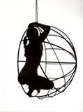 Sylwetka seksowna kobieta na metal huśtawce, czarny i biały Fotografia Royalty Free