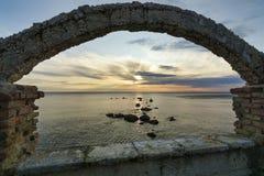 Sylwetka skały w morzu, obrazy royalty free