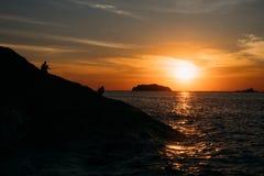 Sylwetka skalista faleza podczas zmierzchu na tropikalnej wyspie w Tajlandia Fotografia Royalty Free