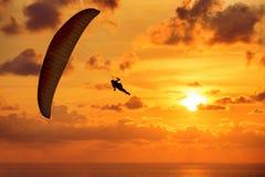 Sylwetka skydiver na zmierzchu i morzu Zdjęcia Stock