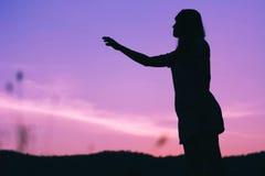 Sylwetka smucenie kobiety pozycja Zdjęcia Stock