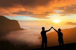 Sylwetka spojrzenie Młody rodzinny szczęśliwy wschód słońca obrazy royalty free