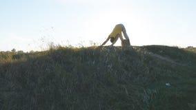 Sylwetka sporty mężczyzna pozycja przy joga pozą plenerową Jogowie ćwiczy joga ruszają się i ustawiają w naturze piękne Zdjęcia Stock