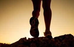 Sylwetka sprawności fizycznej dziewczyna iść na piechotę bieg przy zmierzchem Obrazy Royalty Free