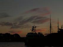 Sylwetka statek i jacht w wieczór Bergen Ukrywamy, Norwegia Obraz Royalty Free