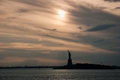 Sylwetka statua wolności przy pięknym zmierzchem obrazy royalty free