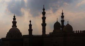Sylwetka strzelał minarety i kopuły sułtan Hasan i Al Rifai meczety, Stary Kair, Egipt zdjęcia stock