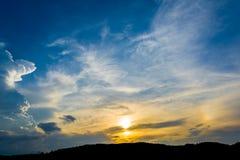 sylwetka strzelał wizerunek góra i zmierzchu niebo w tle Zdjęcia Stock