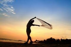 Sylwetka stylu życia kobiety pozy sztuki bawełna na plaży Obraz Stock