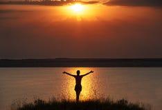 Sylwetka sukcesu zwycięzcy kobieta na zmierzchu Fotografia Stock