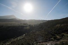 Sylwetka szczęśliwa mężczyzna pozycja na górze wzgórza z słońce plecy lekkim i halnym losu angeles rhune w plecy, baskijski kraj, Obraz Royalty Free