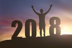 Sylwetka szczęśliwa mężczyzna pozycja z liczbą 2018 na wzgórzu Obraz Royalty Free
