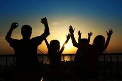 Sylwetka szczęśliwa rodzina przy morzem Zdjęcia Stock