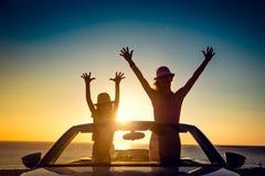 Sylwetka szczęśliwa rodzina przy plażą zdjęcie royalty free