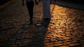 Sylwetka szczęśliwy fornala, panny młodej odprowadzenie w starej miasto ulicie i, zbiory