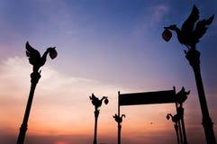 Sylwetka Tajlandzki oświetleniowy słup przy Wata ku molem Fotografia Stock