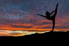 Sylwetka Tanczy Outdoors przy zmierzchem kobieta Obraz Stock