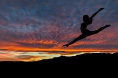 Sylwetka Tanczy Outdoors przy zmierzchem kobieta Zdjęcia Stock