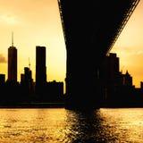 Sylwetka w centrum Manhattan linia horyzontu i Manhattan most przy zmierzchem Zdjęcia Royalty Free