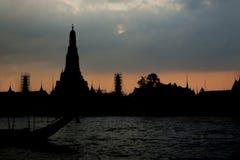 Sylwetka Wat Arun przy Mrocznym czasem przy słońce setem obraz stock