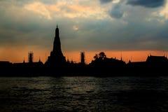 Sylwetka Wat Arun przy Mrocznym czasem przy słońce setem obraz royalty free