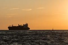 Sylwetka Wielki zbiornika statek Blisko linii brzegowej przy zmierzchem Fotografia Royalty Free