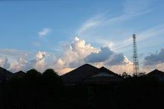 Sylwetka wioska z pięknym niebem Obrazy Stock