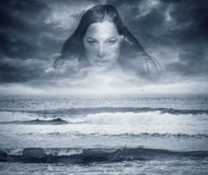 Sylwetka woman& x27; s twarz i ciemne burzowe fala nieba i morza Zdjęcia Royalty Free