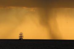 Sylwetka wysoki statek przy zmierzchem Zdjęcia Royalty Free