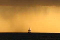 Sylwetka wysoki statek przy zmierzchem Obrazy Royalty Free