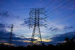 Sylwetka wysoki woltaż elektryczności wierza Zdjęcia Royalty Free