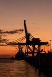 Sylwetka zbiornika ładunek i żurawia most Fotografia Stock