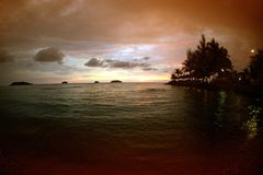 Sylwetka zmierzch na tropikalnej plaży i morzu Obrazy Stock