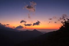 Sylwetka zmierzch nad górami w Nan, Tajlandia Zdjęcia Royalty Free