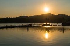 sylwetka, zmierzch nad jeziorem i góra, Fotografia Royalty Free