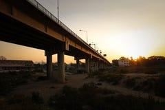 Sylwetka zmierzch przy przyjaźń mostem Tajlandia, Myanmar - Zdjęcie Royalty Free